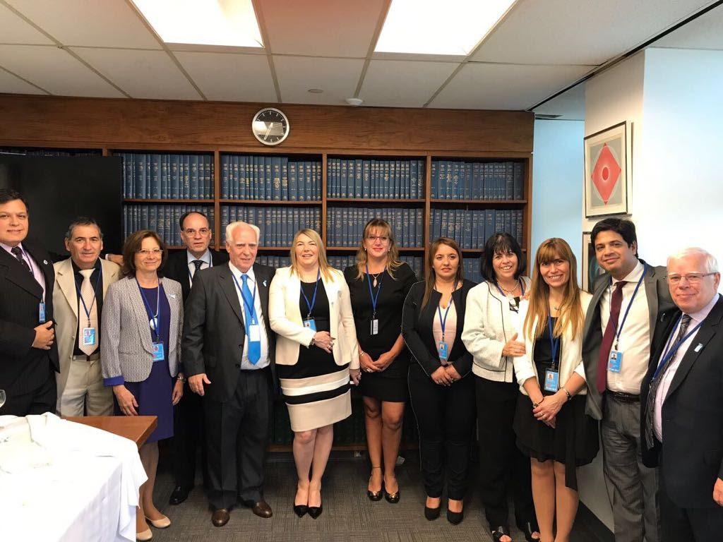 Doctora Battaini junto a la Doctora Paola Caucich en Comité de Descolonización de la ONU