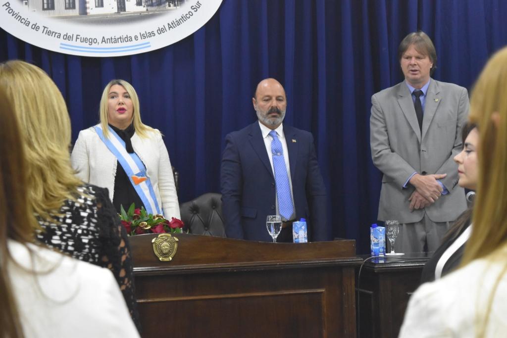Doctor Muchnik entonando el Himno Nacional en la Apertura de la Sesión Inaugural XXXV del Periodo Legislativo
